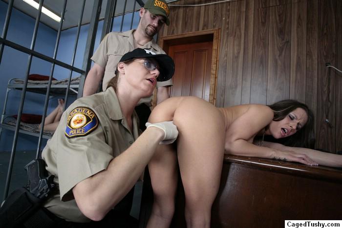 смотреть онлайн порно досмотр в тюрьме болтается стенки стрингах